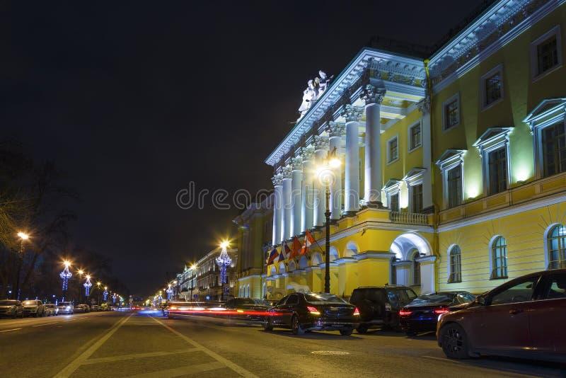 Route libre près du bâtiment historique d'hôtel, remblai de Neva, St Petersbourg photo stock
