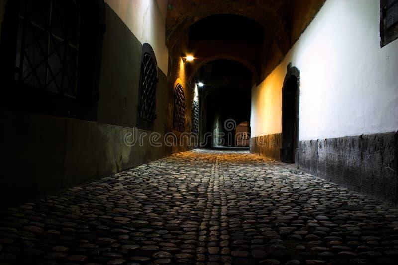 Route médiévale épouvantable de nuit photos libres de droits