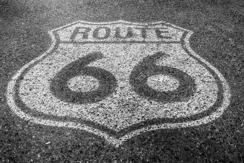 Route 66 -Marke auf der Straße lizenzfreie stockfotos