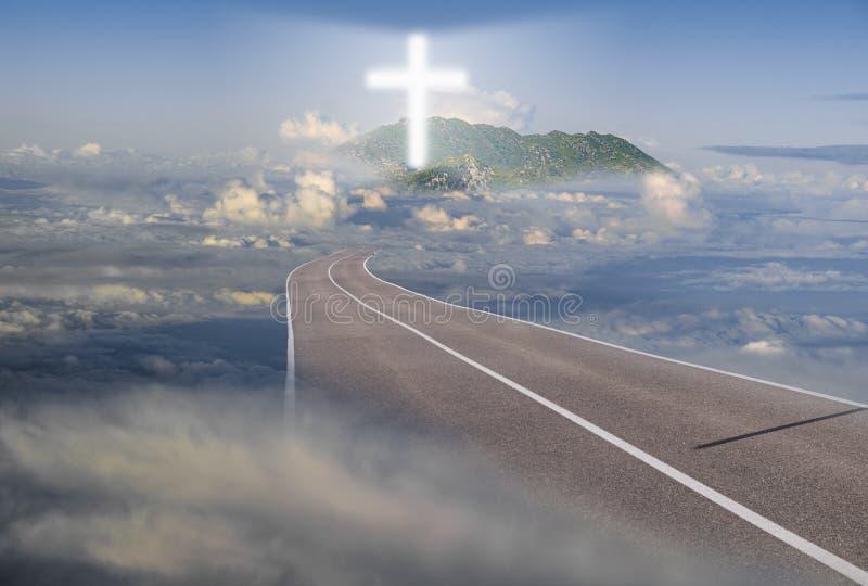 Route menant parmi les nuages à une croix rougeoyante photographie stock