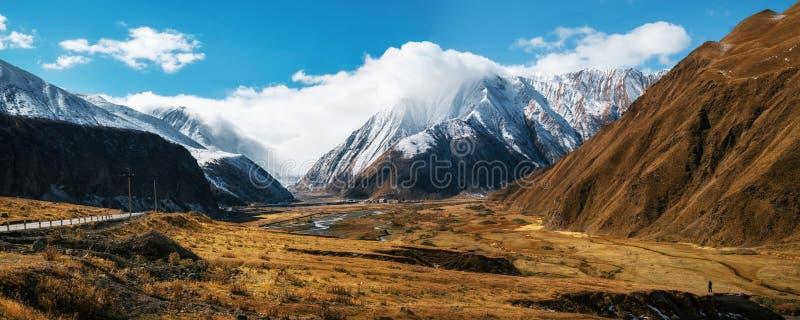 Route militaire géorgienne et montagnes caucasiennes image stock