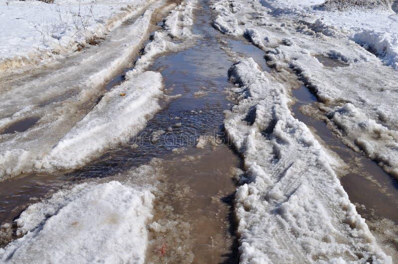 Route modifiée de neige avec le magma en première source images stock