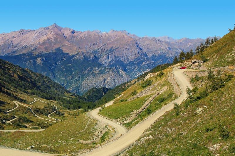 Route non pavée parmi des montagnes. images stock