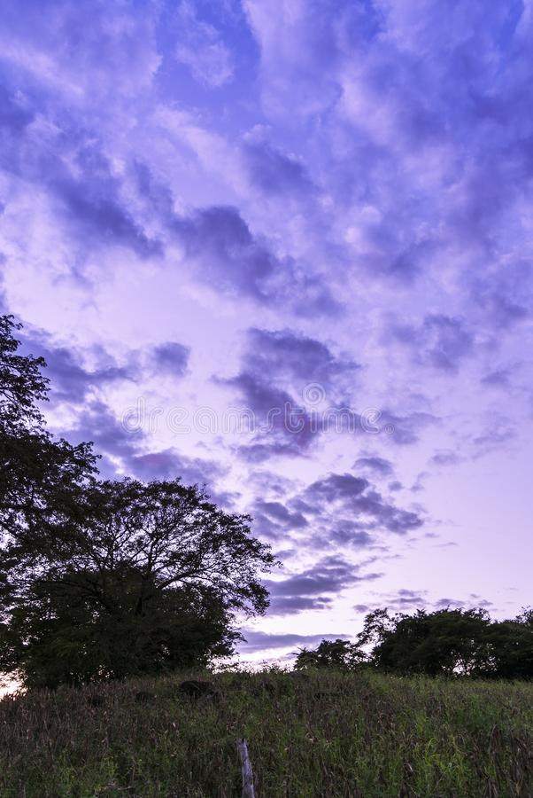 Route nuageuse dessinée dans le ciel images libres de droits