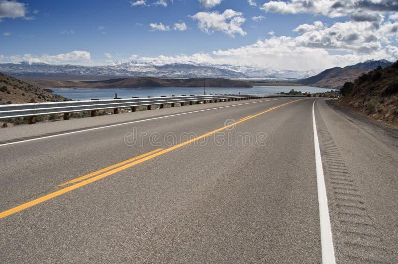 Route par une neige d'intervalle de montagne de campagne photo libre de droits