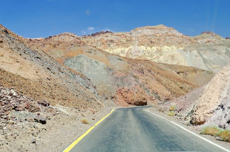 Route parmi les roches dans Death Valley, la Californie photographie stock libre de droits