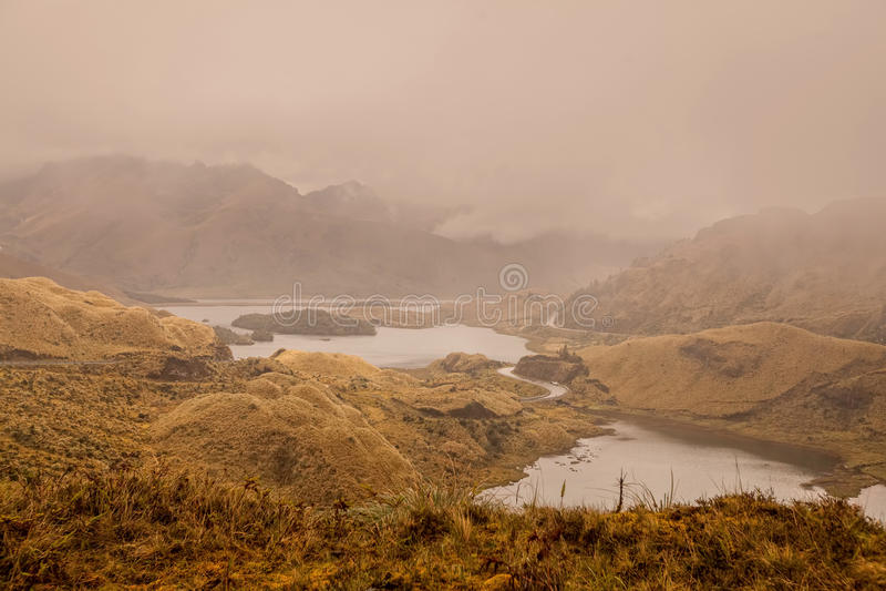 Route passant sur le rivage de la lagune d'Atillo, Equateur images stock