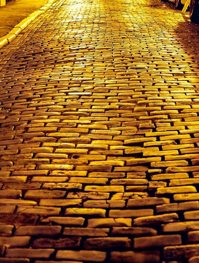 Route pavée avec le granit images libres de droits