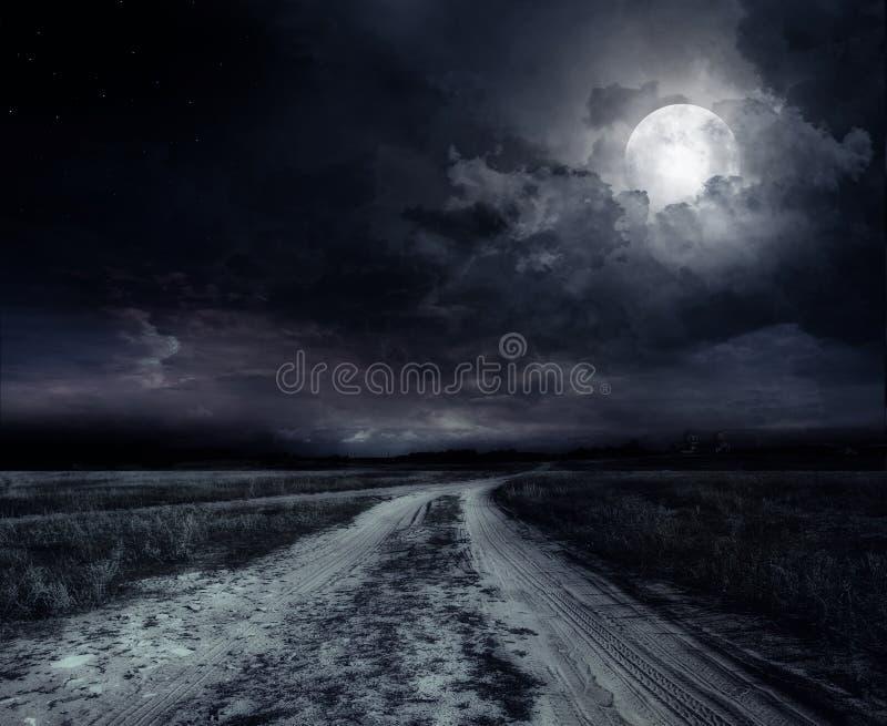 Route pendant la nuit photographie stock libre de droits