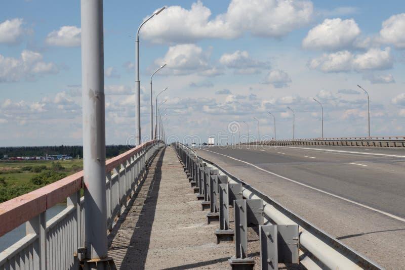 route piétonnière au-dessus du pont images stock