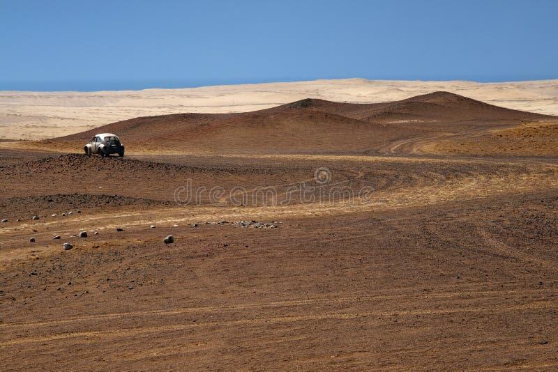 Route pierreuse au désert péruvien image stock