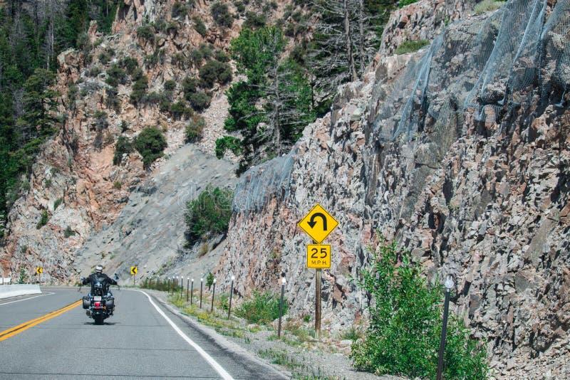 Route pointue de courbe et panneau d'avertissement pointu de courbe images libres de droits