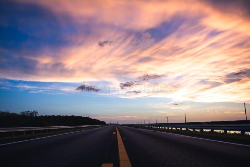Route pour dégager des cieux image libre de droits