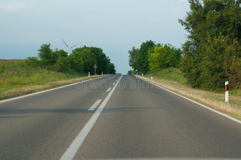 Route pour des véhicules à moteur en nature photo libre de droits