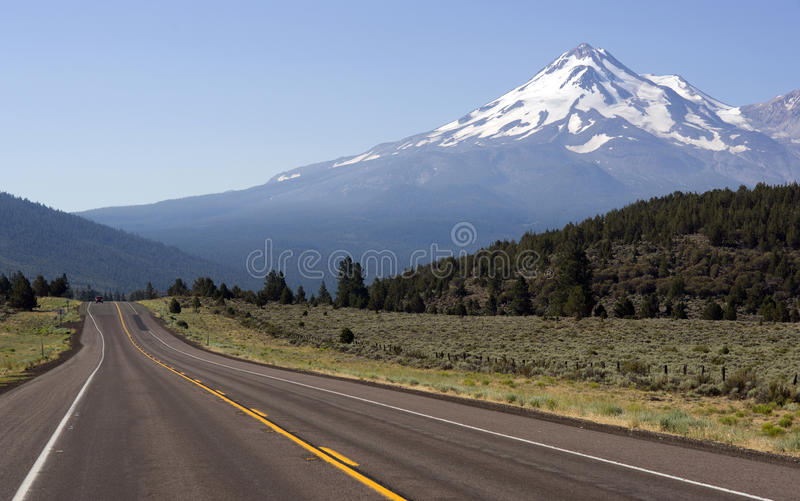 Route pour monter Shasta images stock