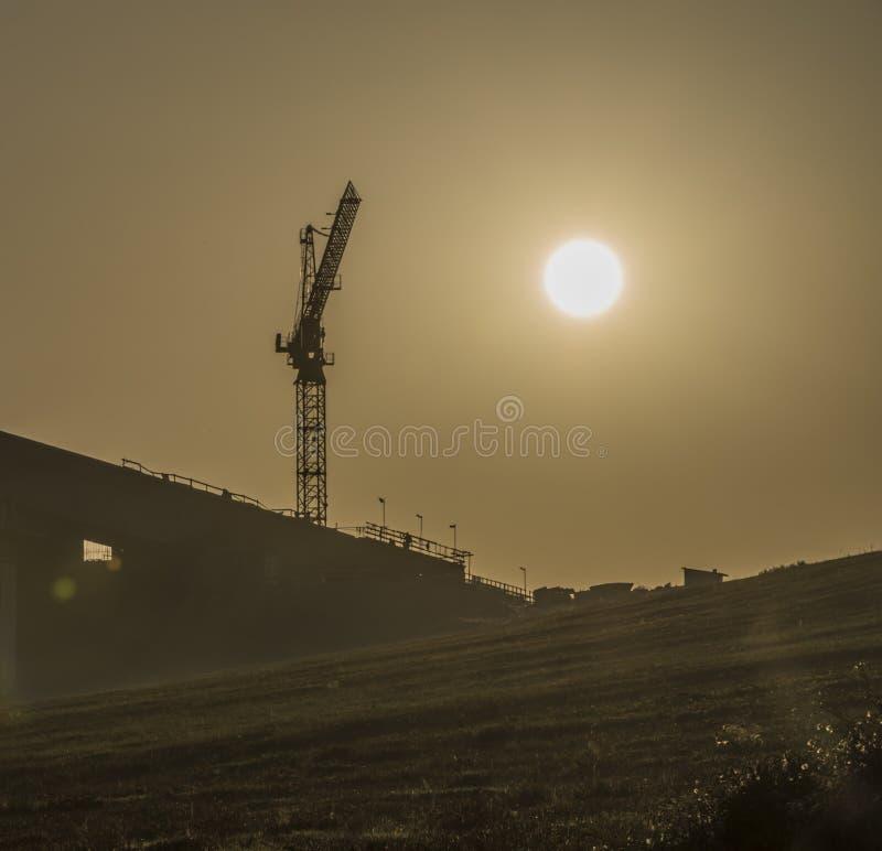Route près de ville de Ruzomberok avec le lever de soleil photo libre de droits