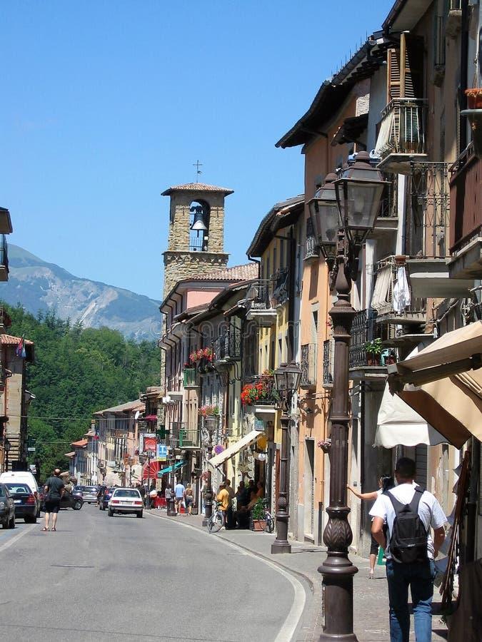 Route principale d'Amatrice avant le tremblement de terre l'Italie photographie stock libre de droits