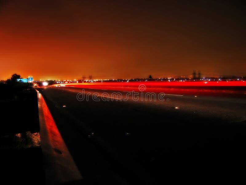 Route principale urbaine la nuit images libres de droits