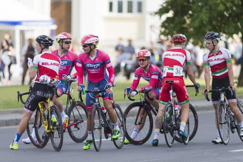 Route professionnelle faisant un cycle Team Celebrates sa victoire en concurrence de recyclage de route internationale photo stock