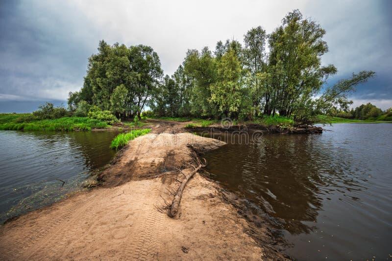 Route provisoire - un barrage à travers la rivière Meret Mereda La Sib?rie occidentale photographie stock