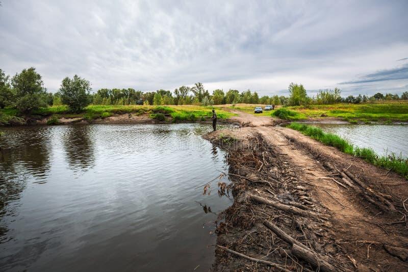 Route provisoire - un barrage à travers la rivière Meret Mereda La Sib?rie occidentale image stock