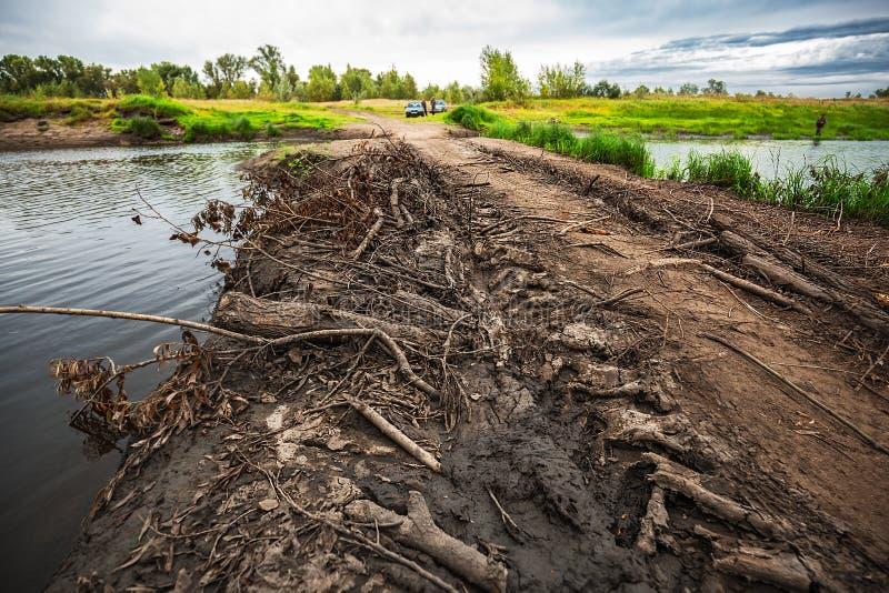 Route provisoire - un barrage à travers la rivière Meret Mereda La Sib?rie occidentale images libres de droits