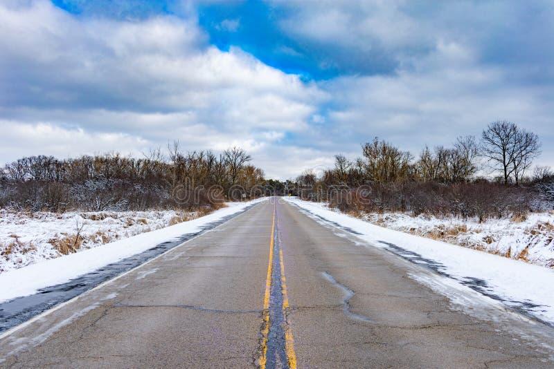 Route rayée par neige vide Chicago suburbaine image stock