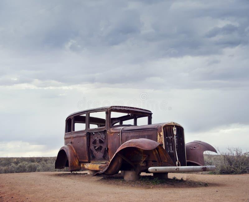 Route 66 rocznika samochodowa relikwia blisko północnego wejścia Osłupiały Lasowy park narodowy w Arizona, usa zdjęcia stock