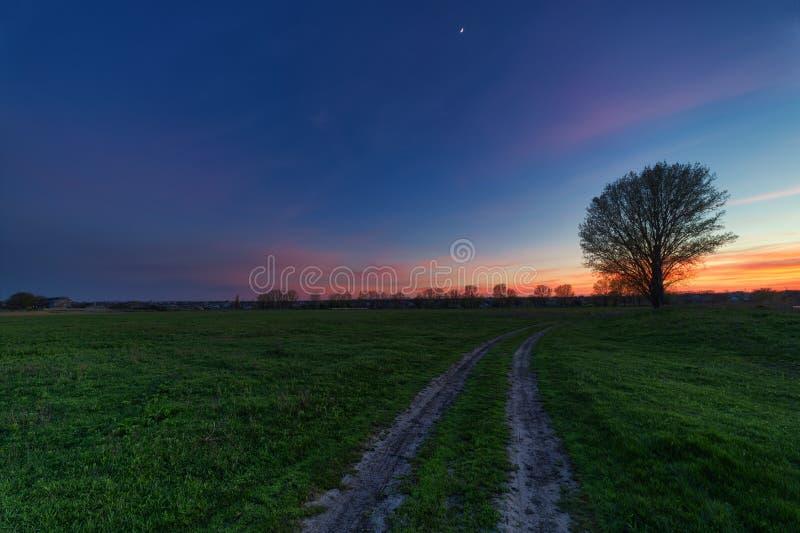 Route rurale au coucher du soleil photos stock