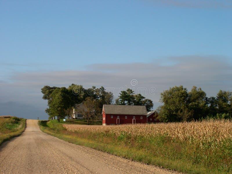 Route rurale paisible et grange rouge image stock