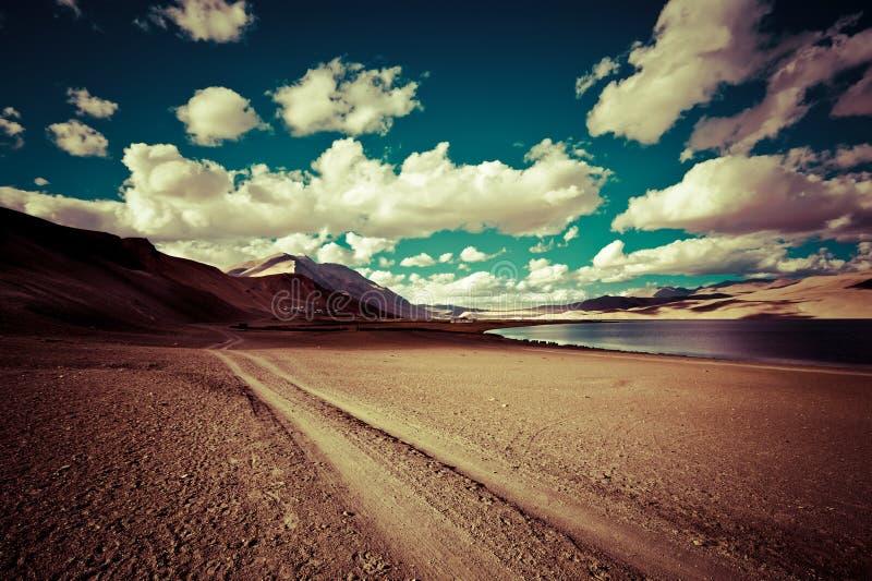 Route rurale vide passant par la prairie de désert photos libres de droits