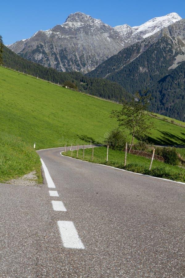 Route scénique de montagne en Italie nordique photo stock