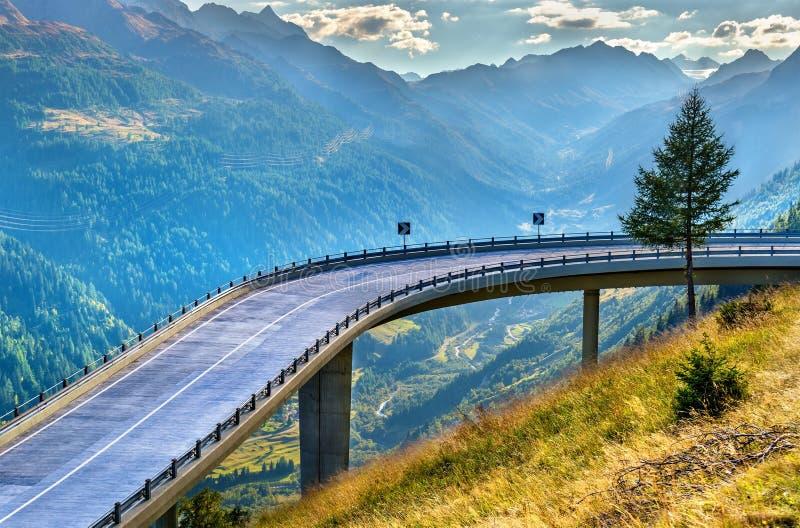 Route serpentine au St Gotthard Pass dans les Alpes suisses images stock