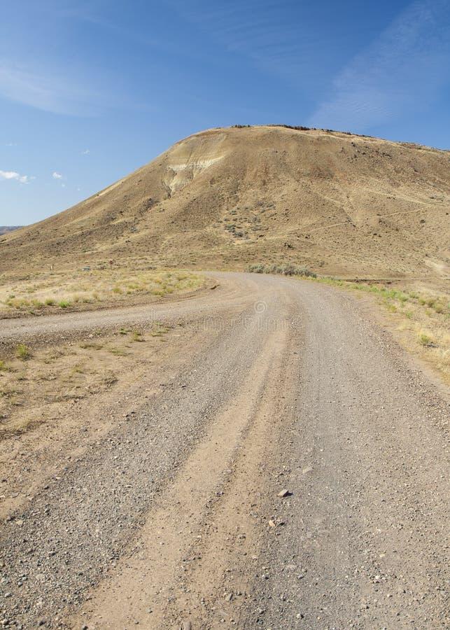 Route sinueuse aux collines peintes images stock