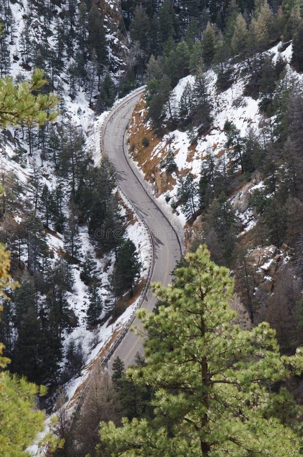 Download Route sinueuse de montagne image stock. Image du arbres - 87706873