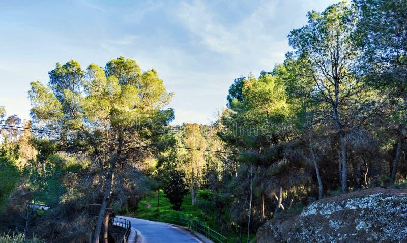 Route située à l'entrée de la vallée cachée images stock
