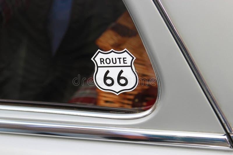 Route-66-Sticker sulla finestra di vecchia automobile immagini stock