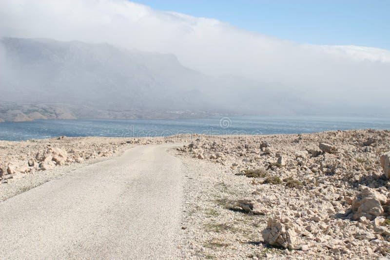 Route sur l'île de page en Croatie images stock