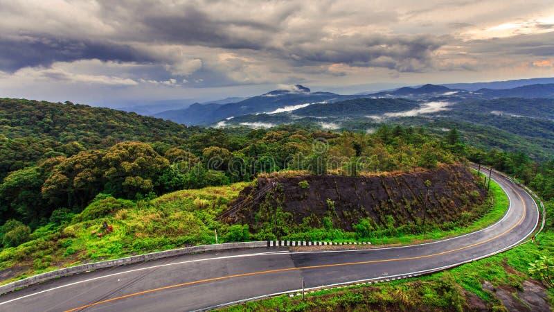 Route sur la montagne tropicale après avoir plu, Inthanon, Chiang Ma images stock