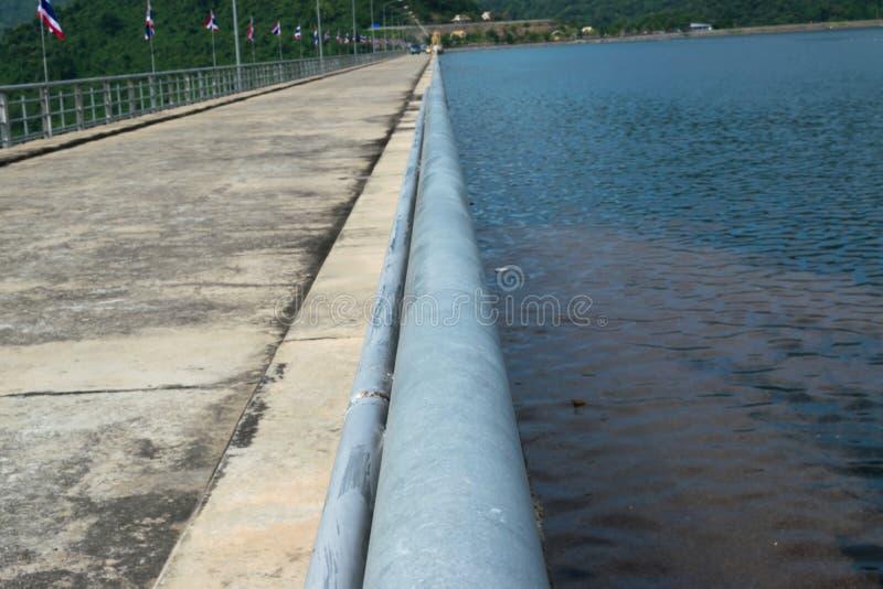 Route sur la rivière à la montagne photo stock