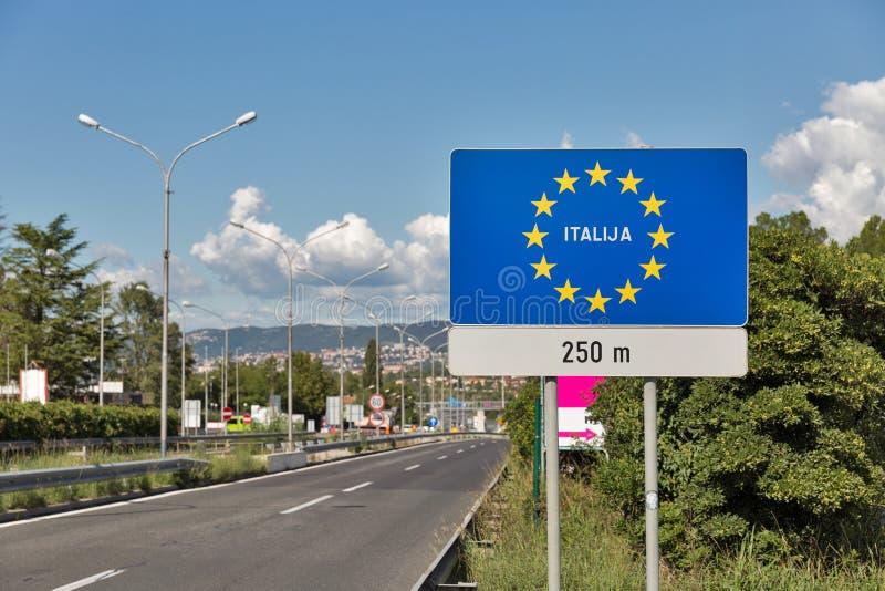 Route sur le conseil de la Slovénie Italie dans Skofije, Slovénie photo libre de droits