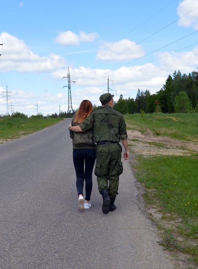 Route, trekking, femme, nature, marchant, les gens, voyage, soldats, jeunes, couples, extérieur, les gens, rue, fille, hausse, sa photographie stock libre de droits