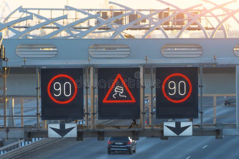 Route ultra-rapide avec des voitures du trafic et des signes interactifs électroniques de limitation de vitesse et un avertisseme images libres de droits