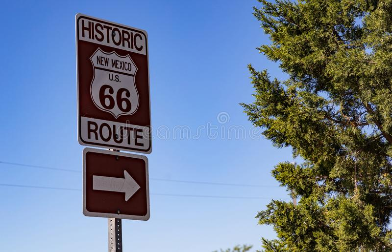 Route 66 undertecknar in nytt - Mexiko, USA solig dagfj?der arkivbilder