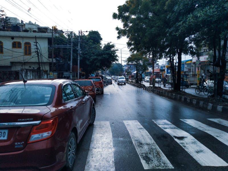 Route urbaine après pluie photographie stock libre de droits