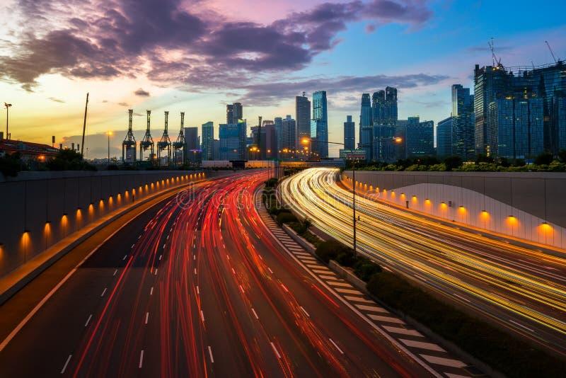 Route urbaine de nuit avec le mouvement de phare du trafic dans la ville photographie stock libre de droits