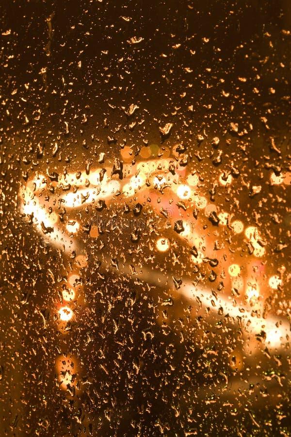 Route urbaine pluvieuse de nuit - vue d'hublot images stock