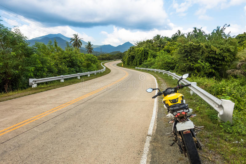 Route venteuse d'île sur une aventure de moto autour de Palawan image libre de droits