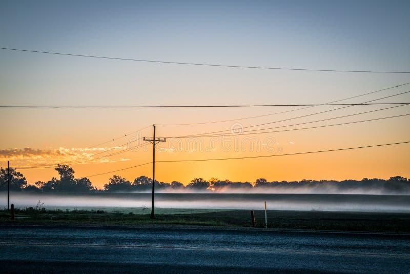 Route vide au lever de soleil photos stock