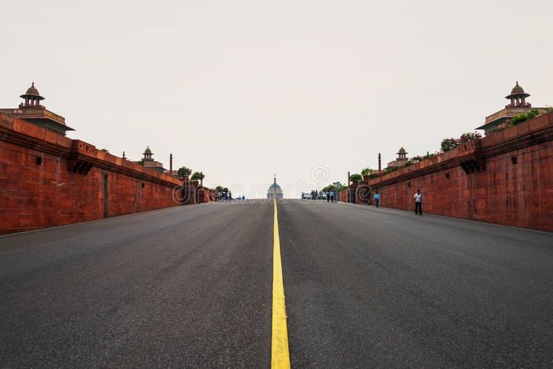 Route vide au Rashtrapati lumineux Bhavan un bâtiment du Parlement à Delhi, Inde images stock